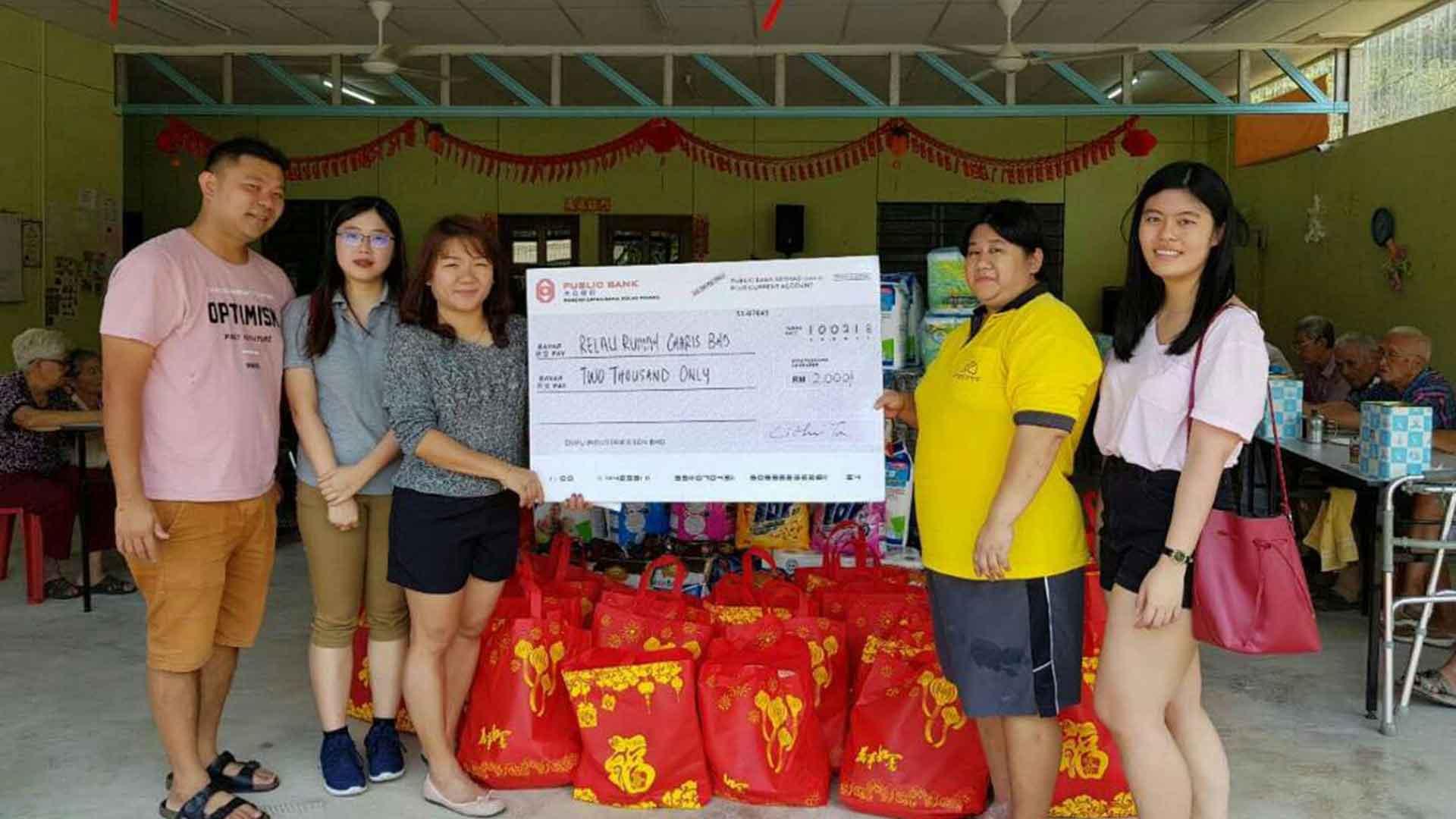 Dufu donates to Rumah Charis